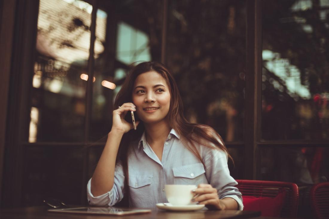mulher ao telefone