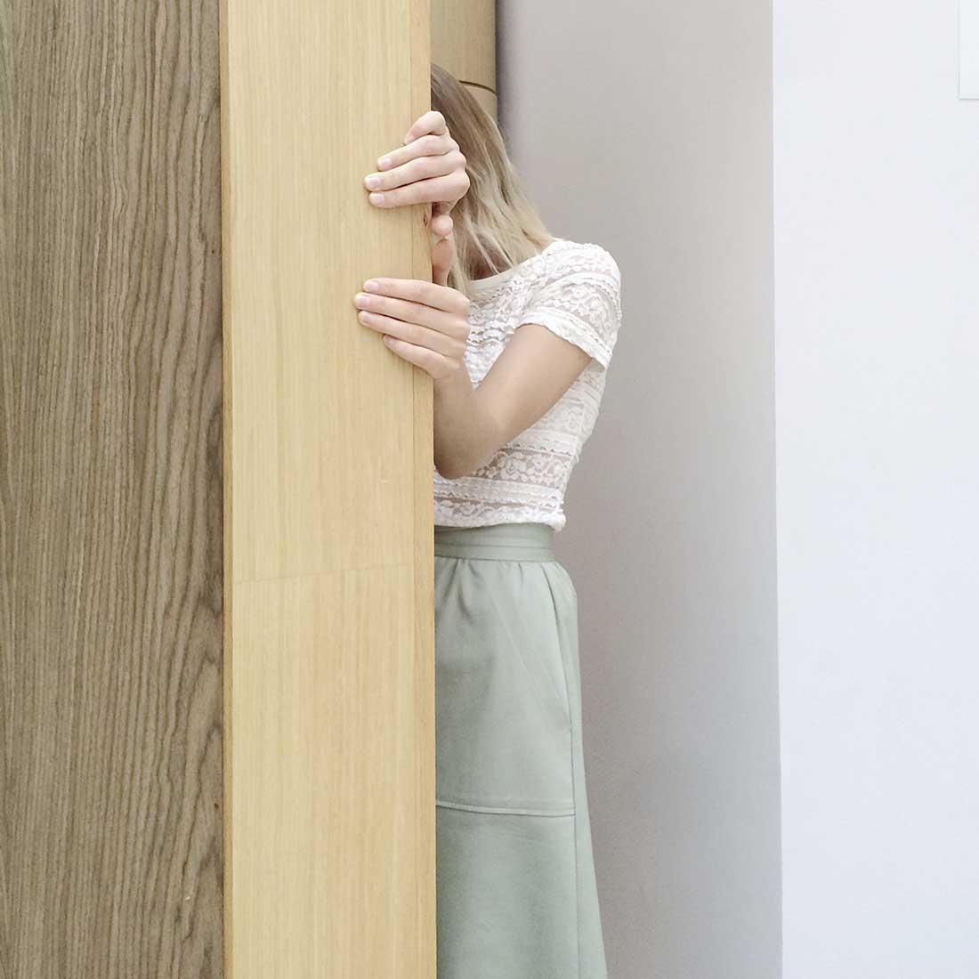 mulher se escondendo