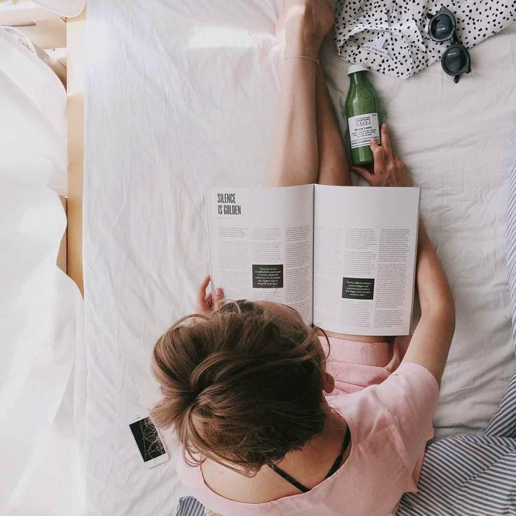 mulher lendo revista