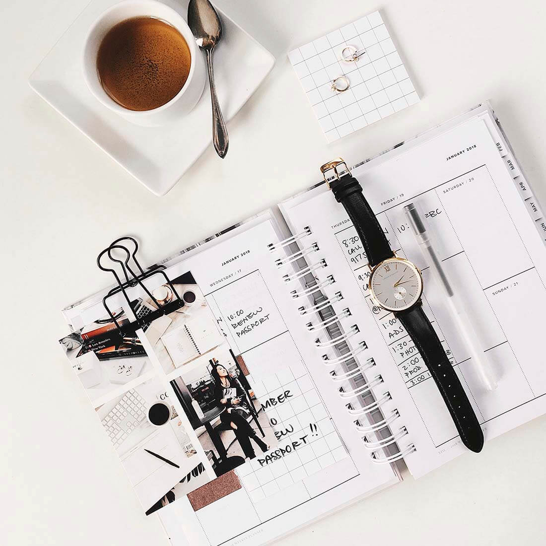 xícara, colher, relógio e agenda