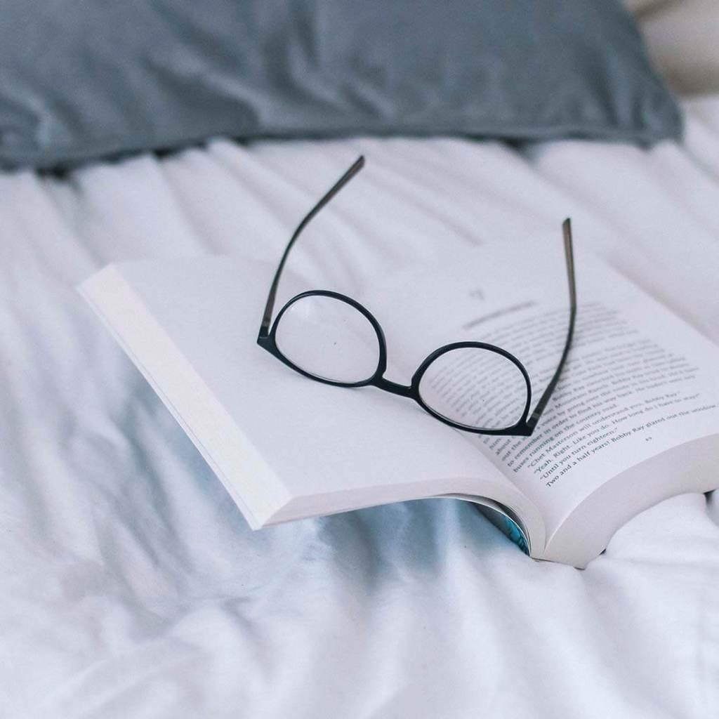 livro, óculos
