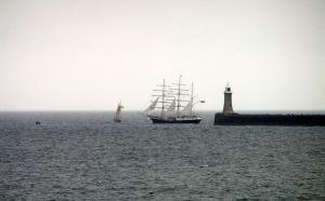 Barco abandonando el río Tyne (UK) por John Noble vía http://www.freeimages.com