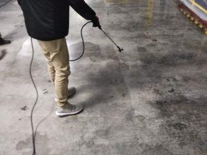 浸透剤を噴霧中