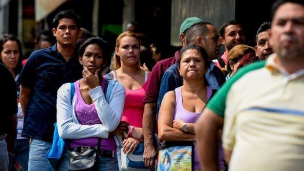 As filas para comprar comida e remédios tornaram-se uma cena comum