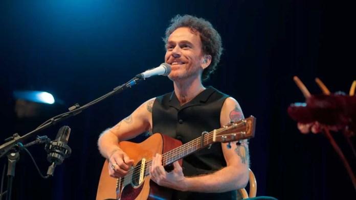 Nando Reis se apresenta no Show Voz e Violão em Ribeirão Preto