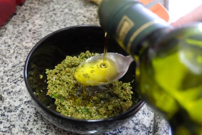 Escolha um azeite de boa qualidade - isso fará toda a diferença no sabor do molho