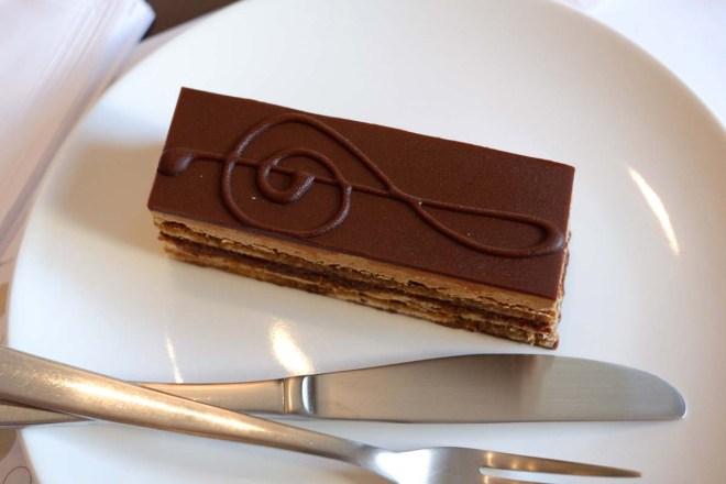 Outro clássico francês - o Ópera - que leva creme de café, também está entre as delícias do cardápio da Dama