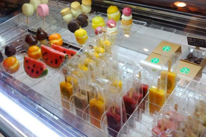 A vitrine da nova loja, com opções dos tradicionais picolés e sorvete de massa