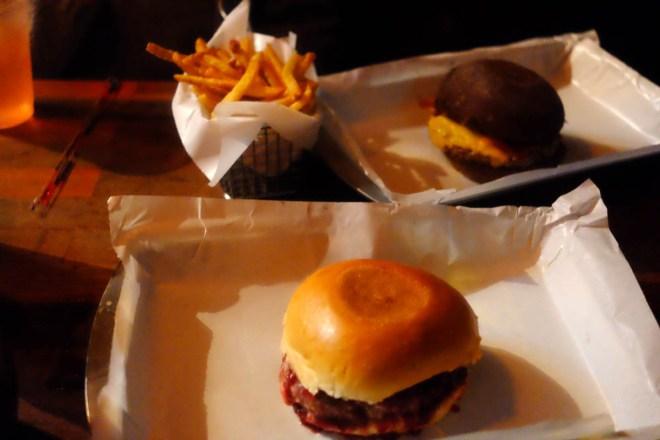 Hambúrgueres saborosos e batata frita crocante - casamento perfeito