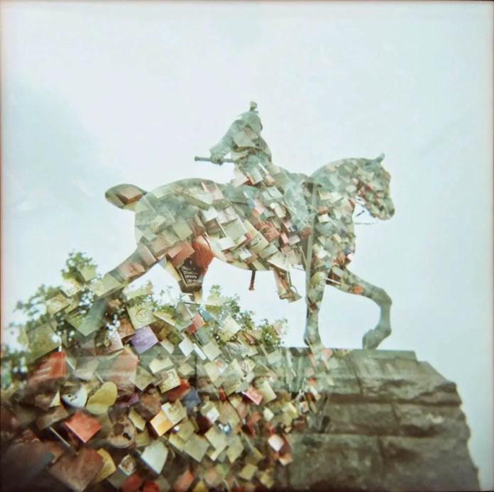 The love locks horseman - Holga 120 GN Kodak E100G XPRO - Frau Inga (Inge van Leipsig)