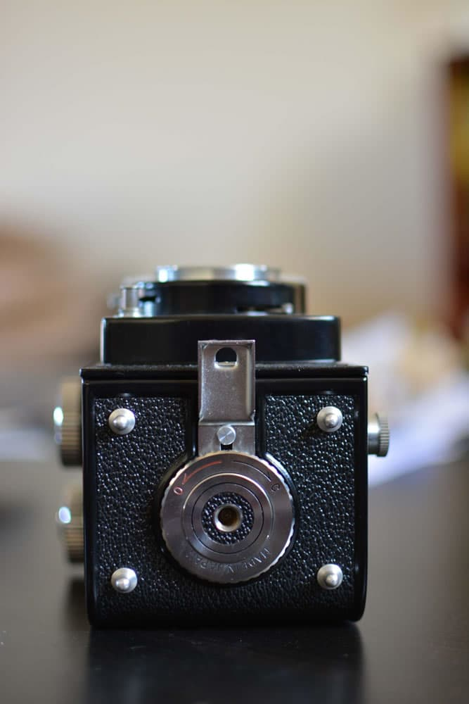 Yashica D - Bottom - Tripod mount and film door lock