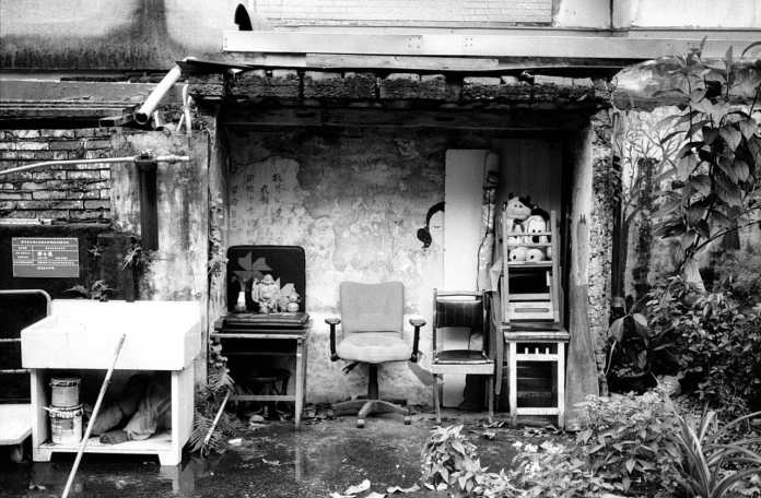 Cosy corner - Shot on Kosmo Foto Mono 100 at EI 100. Black and white negative film in 35mm format.