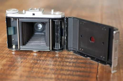 And the film goes here. Reading the frame number through that ruby window is not easy though - Zeiss Ikon Nettar II 518-16
