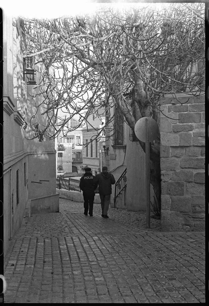 5 Frames... In Baku on ILFORD HP5 PLUS (35mm format / EI 800 / Leica IIIf) - by Simón Ducos