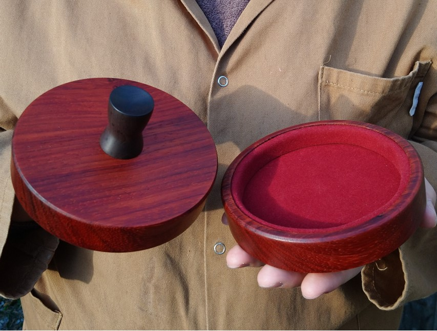 A lens cap set for a Hermagis Eidoscope #1 lens. Made from padauk timber. A favourite timber of mine to turn because of the lovely scent!