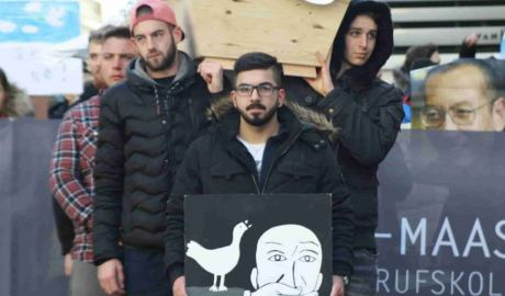 300 People Protest for Liu Xiaobo: German Teachers and Students Carrying a Coffin on International Human Rights Day -- Appealing to Free Liu Xia