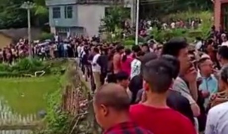 Villagers spontaneously organized a protest to stop the government from digging up graves and snatching corpses.