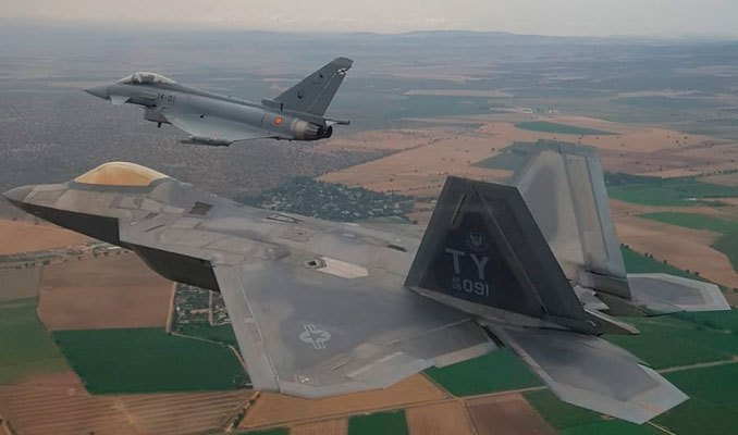 USAF F-22 and spanish Eurofighter trains over Spain