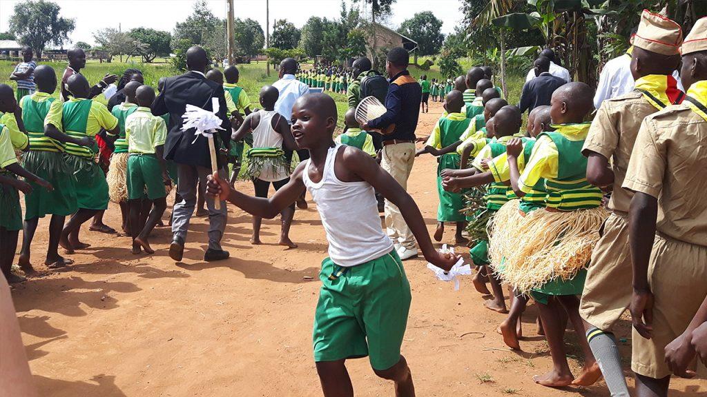 På väg till skolan gick alla i procession. 180703