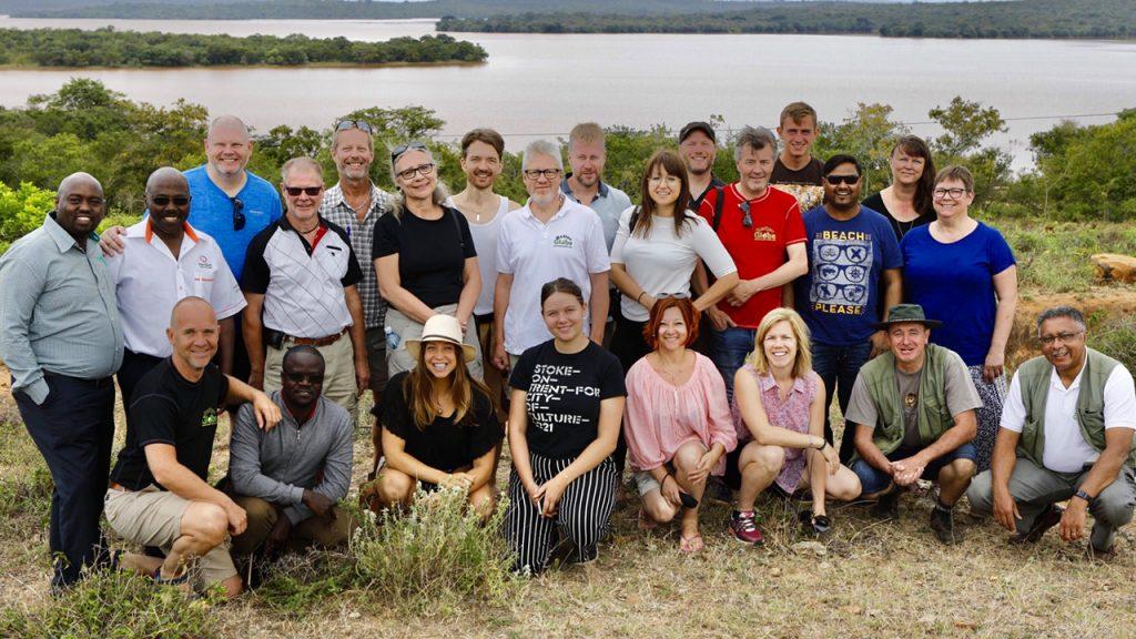 Gruppbild på alla kunderna och ambassadörerna på resan samt vice VD på KenGen Samson Kimani