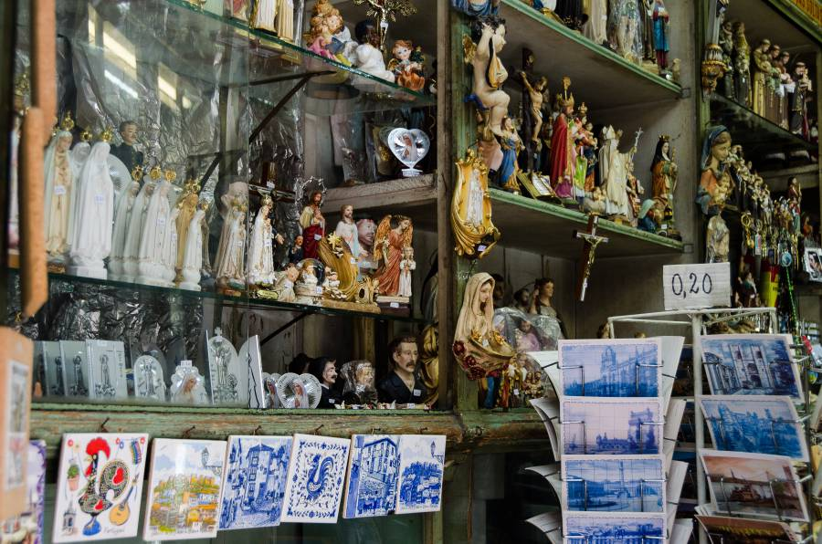 Souvenirs in Lisbon, Portugal (image via Sandra Vallaure, Flickr)