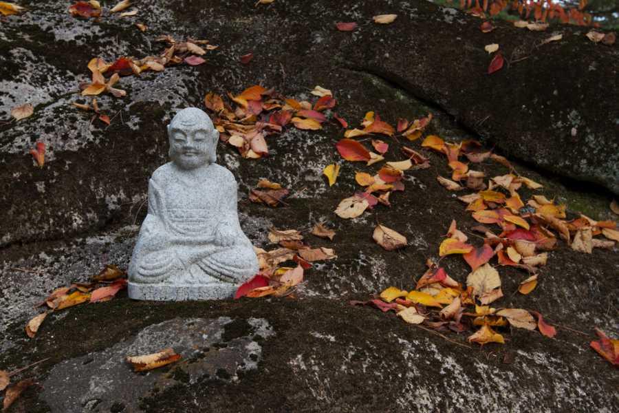 Enjoy your fall hike through Seoraksan National Park (image via Chris Campbell, Flickr)