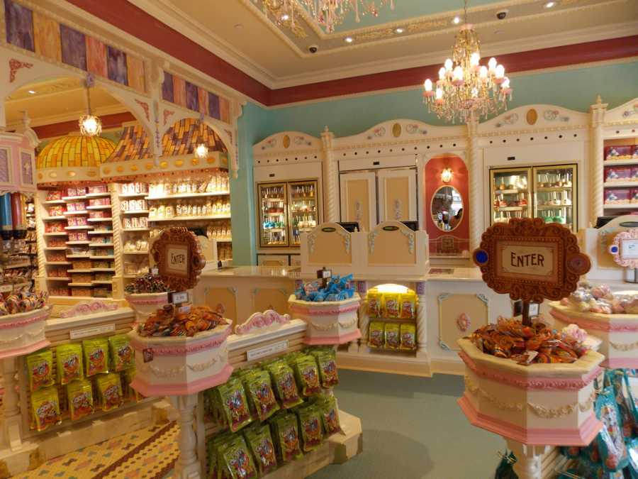 Candy Counter, Main Street (image via Jennie Park mydisneyadventures, Flickr)