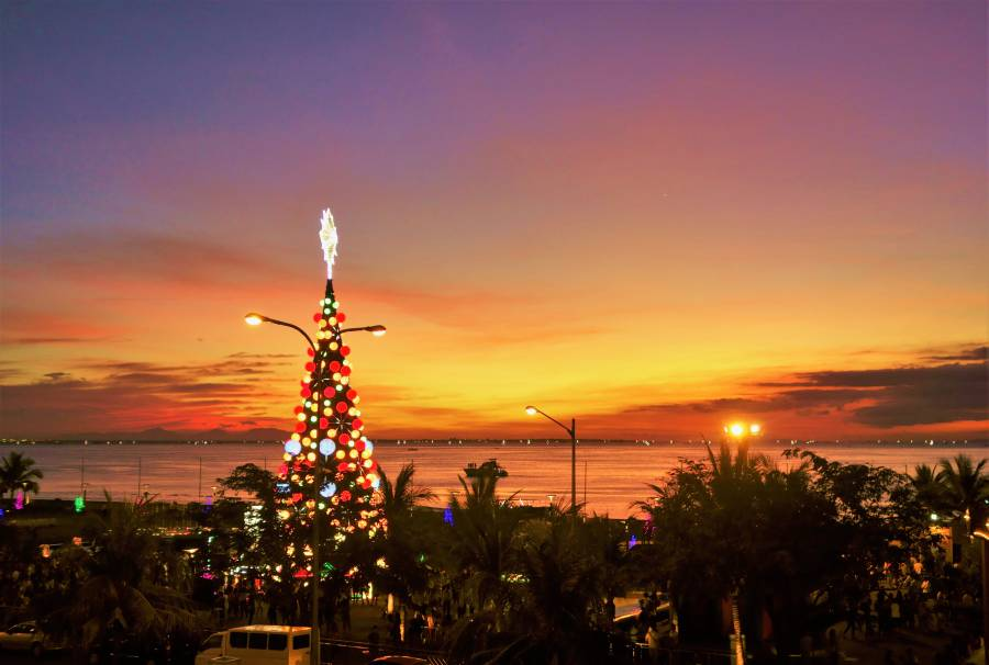 Sunset over Manila Bay (image via Shutterstock)