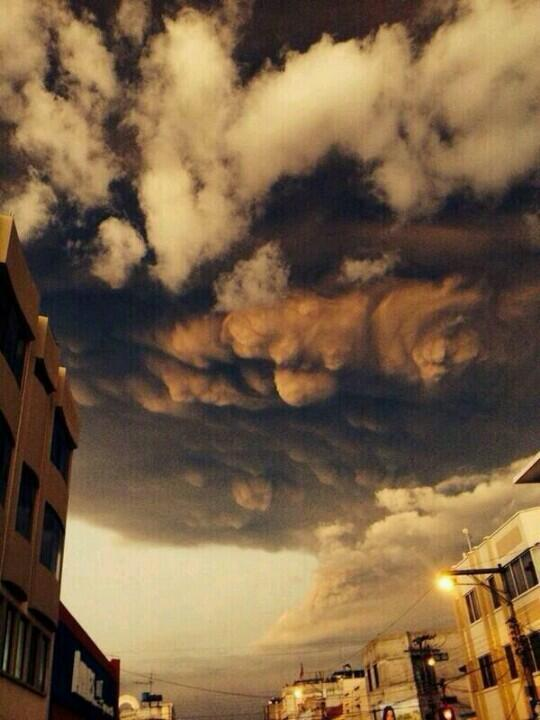 Ash cloud from Tungurahua volcano, by Daya Camacho, via @tweet_quake on Twitter.