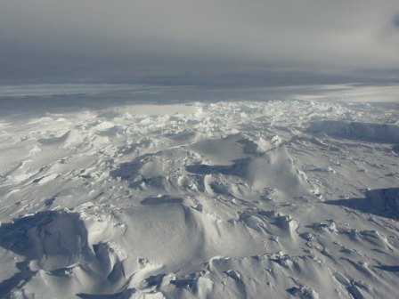 Foto aérea do glaciar Totten no leste da Antártida, gelo e neve até o horizonte