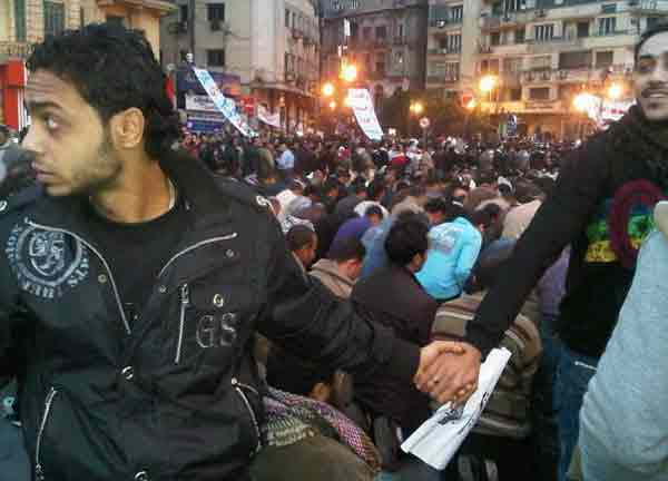 Christians people protect for Muslims people during prayer in Cairo of the 2011.