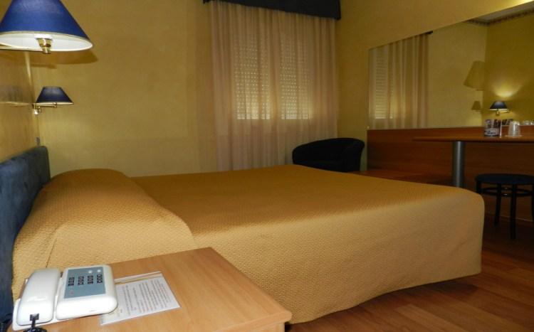 qeen-size-bed-comfort-room-hotel-victoria