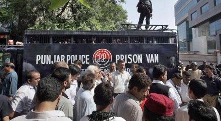 PAKISTANI COURT SENDS 100 ACTIVISTS TO JAIL
