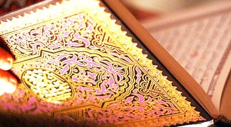LIVING WITH AL-QUR'AN