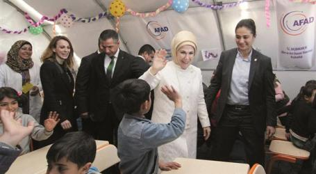 TURKEY'S FIRST LADY VISITS NEW REFUGEE CAMP ON SYRIAN BORDER