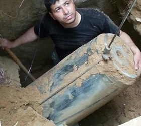 GAZA BOMB SQUAD DIGS OUT UNEXPLODED ISRAELI MISSILE