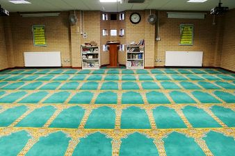 MANCHESTER MOSQUE SHARES RAMADAN WITH NON-MUSLIMS