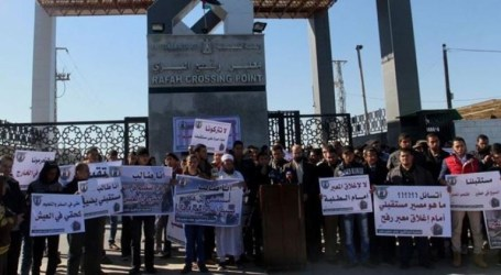 STUDENTS STRANDED IN GAZA PROTEST EGYPT'S CLOSURE OF RAFAH