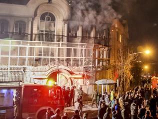 HUNDREDS OF IRANIAN ATTACKED AND BURNED THE SAUDI EMBASSY