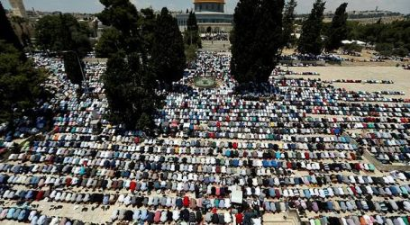 Palestinians Pour into al-Aqsa Mosque Complex for 1st Friday of Ramadan