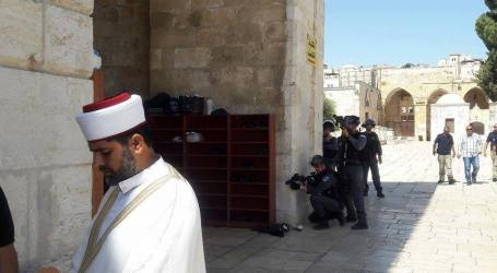 Undercover Israeli Officers Invade Al-Aqsa Mosque, Smash Its Doors And Attack Worshipers