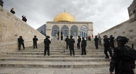 Israeli Police Teargas Palestinian Worshipers at Aqsa Mosque