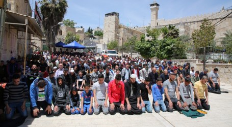 Tens of Thousands Attend First Friday of Ramadan in Jerusalem's Al-Aqsa