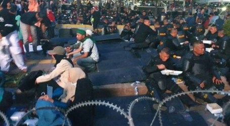Mass of May 22 Action and Police Breakfasting Together