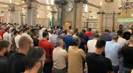 Al-Aqsa Worshipers Pray for Morsi