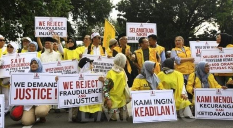 Thaudands Mass Hold Action around Constitutional Court building, Jakarta