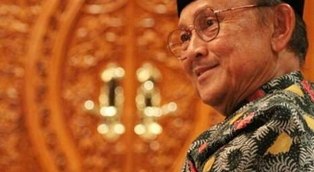 Former President BJ Habibie Passes Away, Indonesian Citizens Raise Half-Flag
