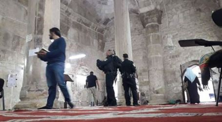 Without Shoes Off, Israeli Forces Storm Ar-Rahma Mosque