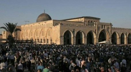 Thousand of Palestinians Perform Dawn Prayer in Al-Aqsa Amid Israel's Restrictions