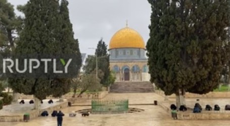 Administrators and Guards Keep Pray in Al-Aqsa Mosque
